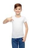 Muchacho feliz que señala el finger a su camiseta blanca Fotos de archivo libres de regalías