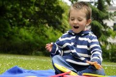 Muchacho feliz que se divierte con números en parque Foto de archivo libre de regalías
