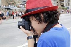 Muchacho feliz que toma la fotografía en Barcelona Fotografía de archivo
