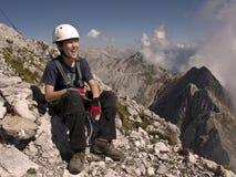 Muchacho feliz que va de excursión en montañas Imagen de archivo libre de regalías