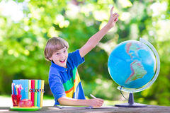 Muchacho feliz que vuelve a la escuela Fotografía de archivo