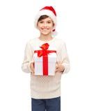 Muchacho feliz sonriente en el sombrero de santa con la caja de regalo Foto de archivo libre de regalías