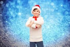 Muchacho feliz sonriente en el sombrero de santa con la caja de regalo Fotos de archivo