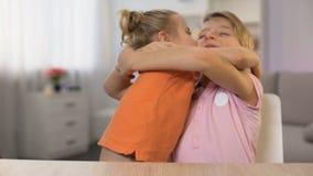 Muchacho feliz y muchacha que abrazan, proximidad de la hermana del hermano, relaciones de familia blandas almacen de video