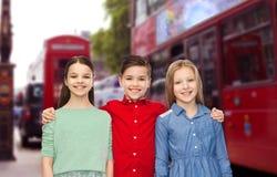 Muchacho feliz y muchachas que abrazan sobre la ciudad de Londres Fotos de archivo