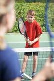 Muchacho femenino de Giving Lesson To del coche de tenis Fotos de archivo