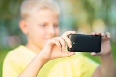 Muchacho fotografiado en un smartphone Fotos de archivo libres de regalías