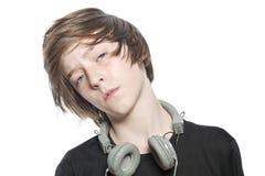 Muchacho fresco móvil del adolescente con los auriculares Foto de archivo libre de regalías