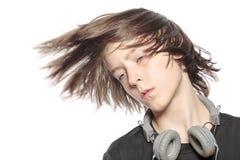 Muchacho fresco móvil del adolescente con los auriculares Fotos de archivo libres de regalías
