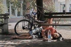 Muchacho gitano que duerme en la tierra Fotos de archivo