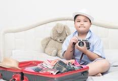 Muchacho gordo feliz que sostiene la cámara del vintge Foto de archivo