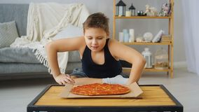 Muchacho gordo que come la pizza almacen de video