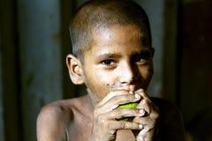 muchacho hambriento Imagenes de archivo