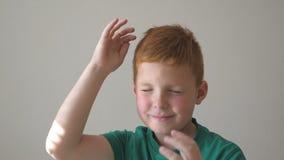 Muchacho hermoso adorable que aumenta las manos y que baila el logro que disfruta Retrato del niño con las pecas Muchacho feliz metrajes