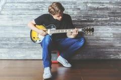 Muchacho hermoso con la guitarra eléctrica Fotos de archivo