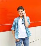 Muchacho hermoso del adolescente que habla en el teléfono Foto de archivo libre de regalías