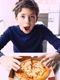 Muchacho hermoso del preadolescente con el retrato de la pizza Fotos de archivo libres de regalías