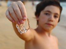 Muchacho hermoso del preadolescente con las medusas Imágenes de archivo libres de regalías