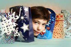 Muchacho hermoso del preadolescente con los regalos de Navidad Fotografía de archivo