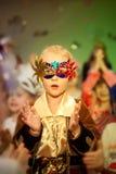Muchacho hermoso en traje del carnaval en la Navidad del día de fiesta foto de archivo