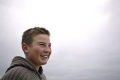 Muchacho hermoso joven con el suéter en el invierno de la playa Fotos de archivo libres de regalías