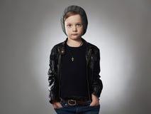 Muchacho hermoso niño elegante en sombrero del invierno niño de moda en cuero Fotos de archivo libres de regalías
