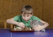 Muchacho hermoso que juega a ajedrez Foto de archivo