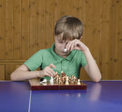 Muchacho hermoso que juega a ajedrez Imágenes de archivo libres de regalías