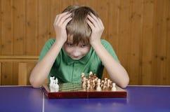 Muchacho hermoso que juega a ajedrez Fotografía de archivo libre de regalías