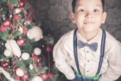 Muchacho hermoso vestido bien en el tiempo de la Navidad Imágenes de archivo libres de regalías