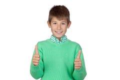 Muchacho hermoso vestido en el verde que dice OK Imágenes de archivo libres de regalías