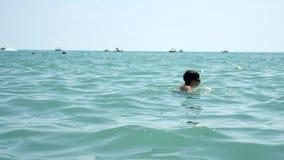 Muchacho hermoso y el mar Nadadas adolescentes del muchacho en el mar del océano Vacaciones de verano en el agua Imágenes de archivo libres de regalías