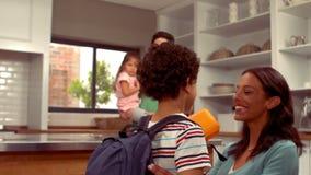 Muchacho hispánico sonriente que dice adiós a su familia almacen de metraje de vídeo