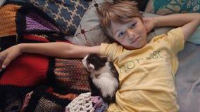 Muchacho honesto que abraza con el gatito Fotografía de archivo