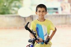 Muchacho indio con la bicicleta Fotos de archivo libres de regalías
