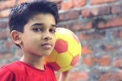 Muchacho indio con la bola Imagen de archivo