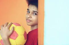 Muchacho indio con la bola Imagen de archivo libre de regalías