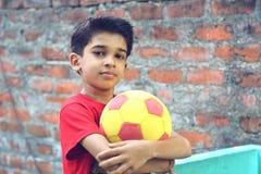 Muchacho indio con la bola Fotos de archivo