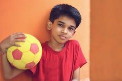 Muchacho indio con la bola Imagenes de archivo