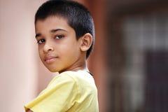 Muchacho indio que presenta a la cámara Imagenes de archivo