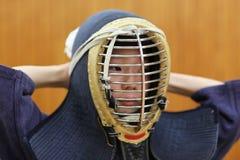 Muchacho japonés en el entrenamiento del kendo Imagen de archivo