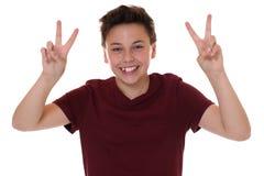 Muchacho joven acertado del adolescente que hace la muestra de la victoria Imagenes de archivo