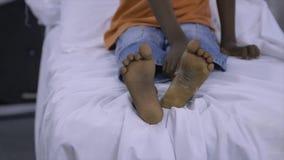 Muchacho joven admitido para el tratamiento de la pierna, Conakry almacen de video