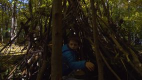 Muchacho joven adolescente que juega en el patio en un parque, Rusia, Moscú almacen de video