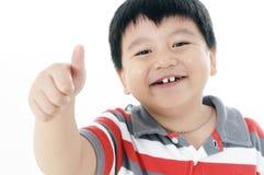 Muchacho joven alegre que da el pulgar encima de la muestra Fotos de archivo libres de regalías