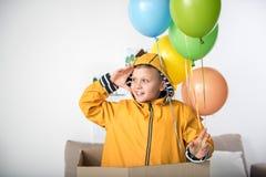 Muchacho joven alegre que juega en sala de estar Fotografía de archivo libre de regalías