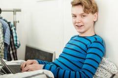 Muchacho joven amistoso feliz que practica surf Internet Foto de archivo