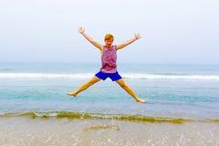 Muchacho joven atractivo en la playa Fotografía de archivo