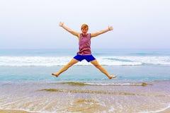 Muchacho joven atractivo en la playa Imagen de archivo libre de regalías