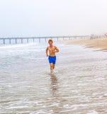 Muchacho joven atractivo en la playa Imagenes de archivo